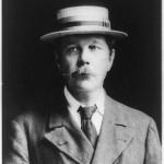 """Scrittore britannico che, assieme ad E. Allan Poe, è considerato il fondatore di due generi letterari: il giallo ed il fantastico. Doyle è padre e maestro assoluto del sottogenere definito """"giallo deduttivo"""", reso famoso da Sherlock Holmes, il suo personaggio di maggior successo."""