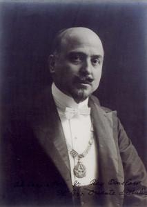 Domizio Torrigiani (1876-1932), avvocato, entrò in Massoneria nel 1896, nella Loggia Humanitas di Empoli. Diventò Gran Maestro del Grande Oriente d'Italia nel 1922 e fu rieletto nel 1922 e nel 1925. Fu incarcerato e confinato dal regime fascista che lo liberò poco prima della morte.