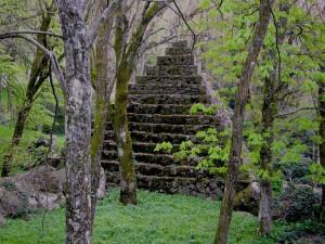 Radicofani, piramide nel Bosco di Isabella prima del restauro finanziato dal Grande Oriente d'Italia