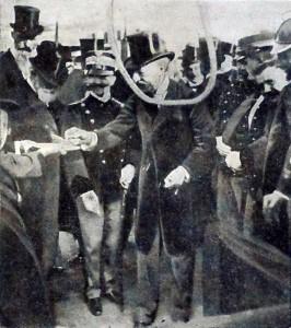 Il Re e il sindaco Ernesto Nathan alla cerimonia inaugurale delle case degli impiegati a Piazza Caprera a Roma (Tribuna illustrata 29 maggio 1910)