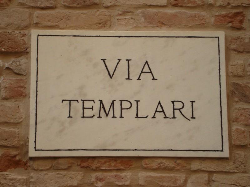 Castignano, Via de' Templari, un tempo  strada di transito più importante del paese. Collegava la campagna alla piazza cittadina, luogo privilegiato di scambi tra mercanti forestieri e commercianti locali.