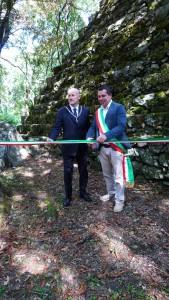 Il sindaco Francesco Fabbrizzi insieme al Gran Maestro Stefano Bisi taglia il nastro inaugurale.
