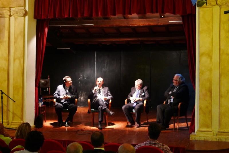 Sul palco del teatro Costantini. Da sinistra Gianmichele Galassi, il Gran Maestro Stefano Bisi, il Grande Oratore Claudio Bonvecchio, il presidente del Collegio Circoscrizionale Francesco Borgognoni.