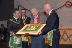 Gran Loggia 2015. Bruno Becciolini, al centro, riceve dal Gran Maestro Bisi il grembiule di Gran Maestro Onorario del padre Giovanni