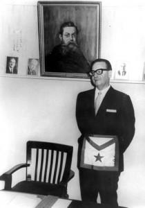 Salvador Allende con le insegne massoniche. Alle sue spalle, il ritratto del nonno che fu Gran Maestro della Gran Loggia del Cile