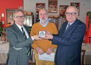 Da sinistra, il presidente circoscrizionale Fabrizio Illuminati, Gildo Pannocchia e il maestro venerabile Fulvio Fidani