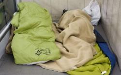 I massoni fiorentini distribuiscono 40 sacchi a pelo ai senza tetto