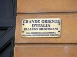 Targa all'esterno della sede massonica a Palazzo Sanjust
