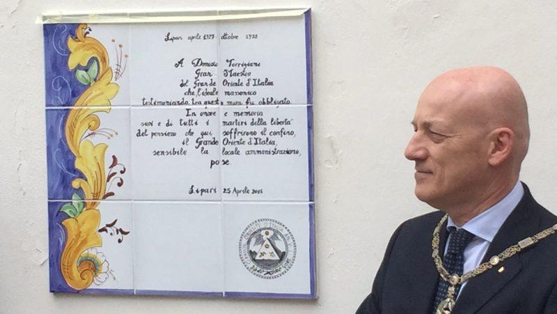 La targa a Lipari in ricordo di Domizio Torrigiani, il 'Gran Maestro martire'.