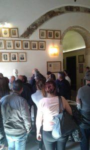 Casa massonica di Cagliari. Visita guidata nella Sala dei Passi Perduti davanti alle foto dei Gran Maestri del Grande Oriente d'Italia