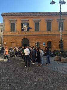 Pubblico in attesa di entrare nella casa massonica cagliaritana nel tardo pomeriggio del 15 maggio
