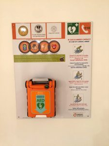 Il defibrillatore nella casa massonica di Milano di Via Pirelli.