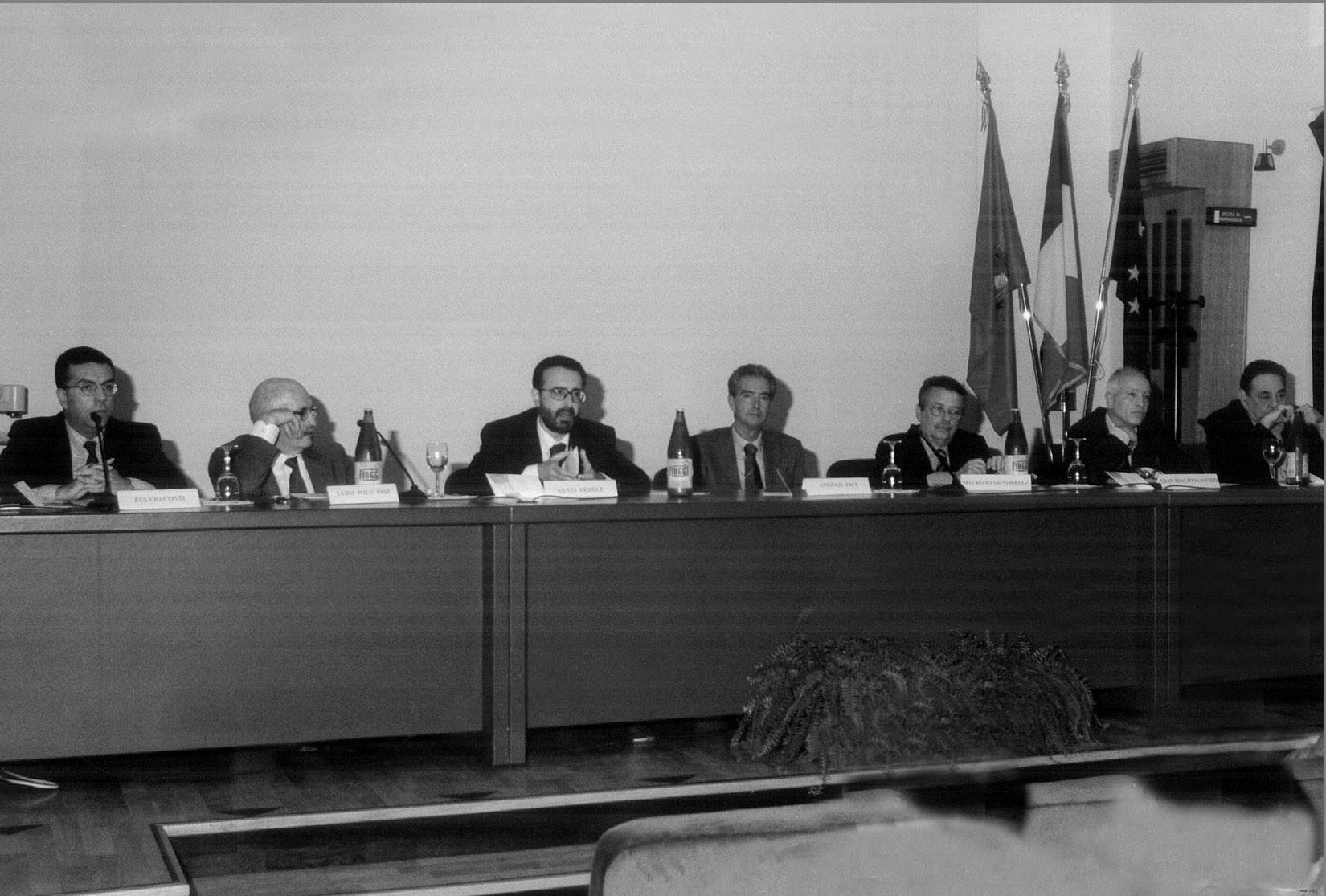 Convegno di studi sulla Massoneria realizzato a Marsala nel 2004. Al centro è riconoscibile lo storico Santi Fedele, attuale Gran Maestro Aggiunto. Luigi Polo Friz è al suo fianco, a sinistra.