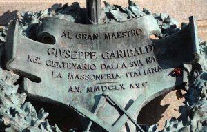 Targa alla base del monumento a Garibaldi sul Gianicolo