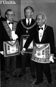 A sinistra Ed Stolper con il Gran Maestro Armando Corona in un'immagine dell'archivio fotografico dell'Unità.