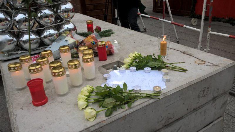 Il cordoglio della gente comune per le vittime di Berlino