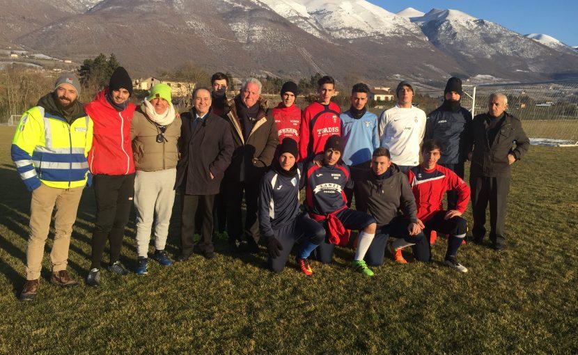 I fratelli del Grande Oriente a Norcia incontrano i giovani della squadra di calcio. L'Ordine realizzerà l'illuminazione del campo sportivo