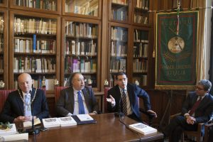 Da sinistra: il Gran Maestro Stefano Bisi, il presidente della Fondazione Einaudi Giuseppe Benedetto, l'onorevole Daniele Capezzone, il Primo Gran Sorvegliante Tonino Seminario