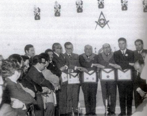 """Catena d'unione con Salvador Allende (settimo da sinistra), massone e all'epoca Presidente della Repubblica Cilena. Allende è ritratto in visita alla loggia """"Aurora"""" (6) di Valparaiso in cui fu iniziato il nonno."""