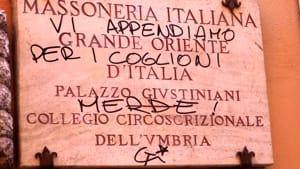 """Imbrattati il portone e la targa della Casa massonica: """"Vi appendiamo per i c..."""""""