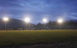 """L'impianto di illuminazione del campo di Norcia donato dal Grande Oriente è pronto. Il sindaco Alemanno: """"Tre volte grazie"""". La soddisfazione dei giovani calciatori e dei dirigenti"""