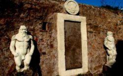 Roma.  Tra i luoghi misteriosi della città la celebre Porta magica, meta cara anche a Lara Croft, star dei videogame